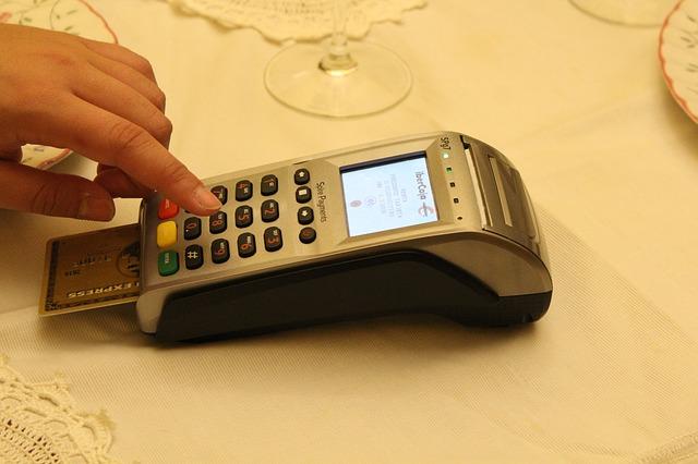 買い物でクレジットカードを利用している様子