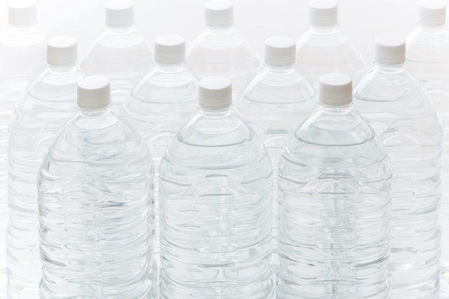 水が入ったペットボトル