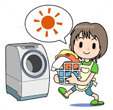 洗濯をしているエプロンをした女性