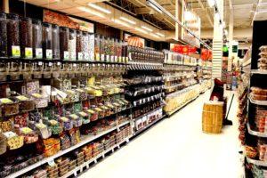 スーパーの棚に並べられているたくさんの食材