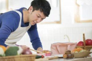 一人暮らしで食事をつくる若い男性
