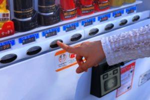 自動販売機でジュースを買う人