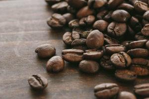 机に置かれたコーヒー豆