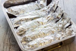 アルミホイルで包んだ生魚