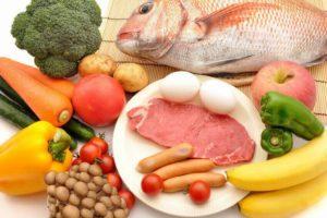 肉と魚と野菜が並んだ食材